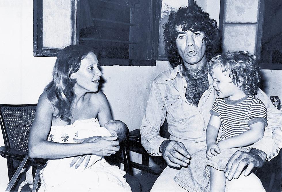 """עם בעלה הראשון, שמוליק קראוס, ובניהם בן ושם, אמצע שנות ה-70. """"צר לי מאוד שלא יכולתי לומר לו שלום"""" (צילום: שמואל יערי)"""