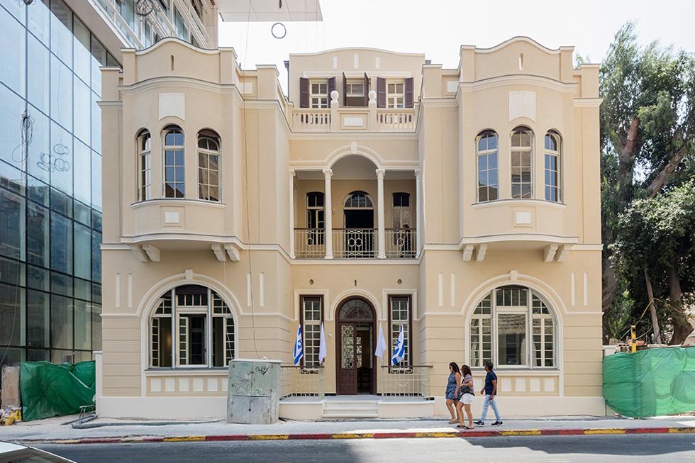 סטמפלר תכנן את הקומה השלישית של בית ליטוינסקי ברחוב אחד העם פינת אחוזת בית . לחצו  על התמונה לסיפורו המלא (צילום: אינסה ביננבאום)