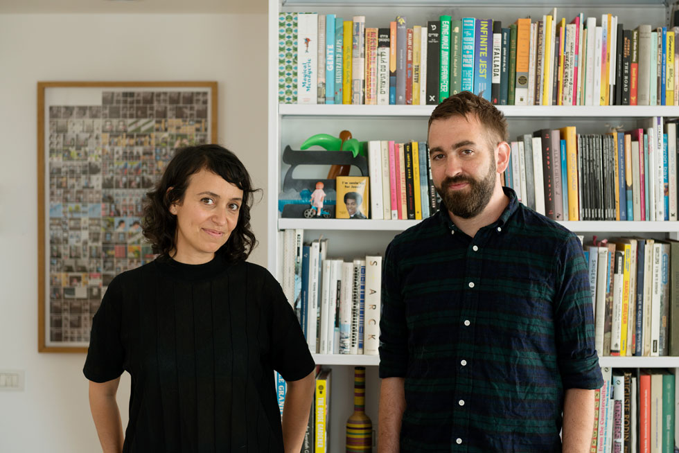 """אבישר גולדמן ולימור יוסיפון-גולדמן, היא אדריכלית ואוצרת, הוא שותף בסטודיו למיתוג. """"בגלל שאנחנו בשוק הפשפשים הרגשנו שאנחנו רוצים להשאיר בחוץ את הכאוס היצירתי, המבולגן לעתים, שאפיין את הדירות השכורות שבהן גרנו""""  (צילום: גדעון לוין)"""