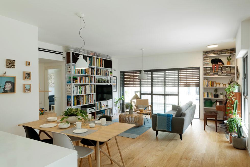 הכורסאות של ''קסטיאל as is'' מדמות את אלו של קארל הנסן; שולחן הרטאן הוא של HK LIVING ההולנדית; מדפי המתכת המשרדיים מדרום תל-אביב; שולחן האוכל מ''טולמנ'ס'' (בעיצוב Gazzda); ל-Hay הדנית יש נציגות של כריות; והשידה שעליה מונח הפטיפון היא של ''רהיטי גולן'' (מותג זול יחסית מדרום העיר) (צילום: גדעון לוין)