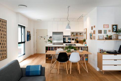 מבט מן הסלון אל המטבח ודלת הכניסה (צילום: גדעון לוין)