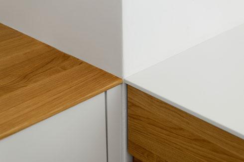 במטבח. משטחי העבודה וחיפוי הארונות (עץ אלון ואבן קוורץ) עובדו לעובי של סנטימטר אחד (צילום: גדעון לוין)