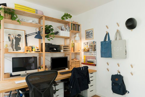 בחדר העבודה פרטי אחסון שונים. מתלי הקיר הם של loop (צילום: גדעון לוין)