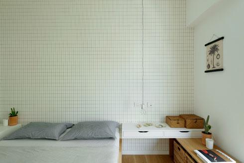 גריד משבצות בטפט שבחדר השינה (צילום: גדעון לוין)