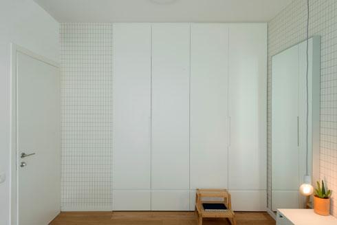 ארון הקיר מגיע עד התקרה. בחדר השינה עומקו מותאם לבגדים מקופלים, בחדר העבודה עומקו מותאם לתלייה (צילום: גדעון לוין)