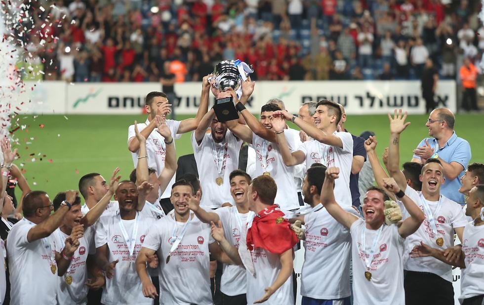שחקני הנוער של רעננה חוגגים גביע (צילום: אורן אהרוני) (צילום: אורן אהרוני)