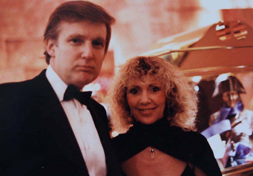 """ג'וזי כץ ודונלד טראמפ בשנות ה-80 בניו יורק. """"הוא היה גבר יפה, רזה, גבוה. ההליכה שלו הייתה מלאה בחשיבות עצמית. דייוויד הציג אותי בפניו ואמר שהוא רוצה שיכיר את האהובה שלו, את ג'וזי מישראל"""" (רפרודוקציה: שאול גולן)"""