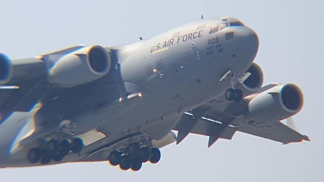"""מטוס תובלה מסוג """"גלובמאסטר"""" נוחת בנתב""""ג, הבוקר (צילום: איתי בלומנטל)"""