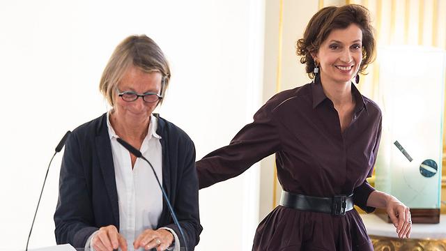 """שרת התרבות היוצאת אודרי אזולאי (מימין) עם השרה החדשה פרנסואה נייסן, בעלת הוצאת הספרים הידועה """"אקט-סוד"""" (צילום: MCT)"""