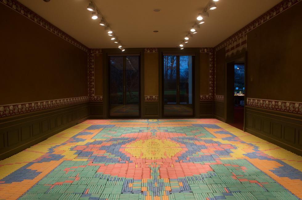 עבודה של קולקטיב we make carpets ההולנדי, שיוצר שטיחים עצומים, עשויים מחפצים יומיומיים. הקולקטיב יציג בבית הנסן עבודה חדשה, בתערוכה משותפת עם סטודיו גרוטסקה הירושלמי (צילום: We Make Carpets)