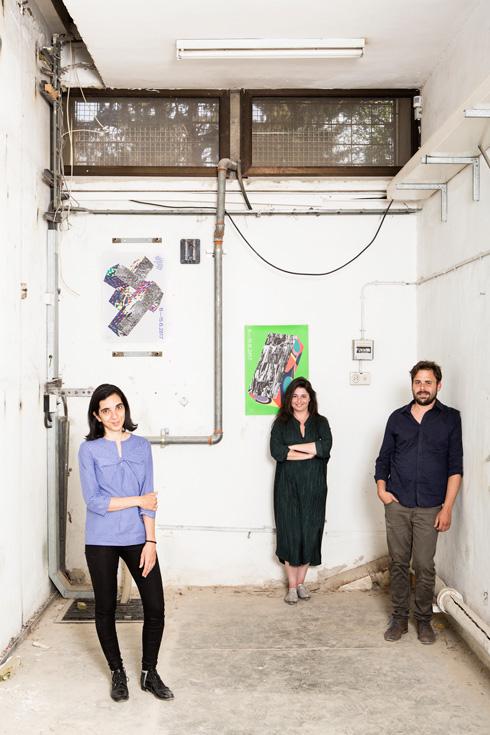 מימין: האוצר הראשי טל ארז, המנהלת איילת דרור והמנהלת האמנותית ענת ספרן (צילום: איתי בנית)