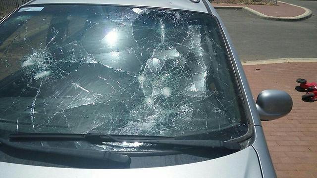 רכבו של תושב איתמר לאחר התקרית (צילום: tps)
