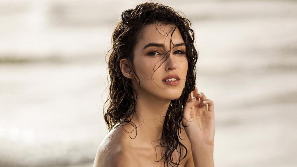 מלכת היופי של ישראל עולה על בגד ים