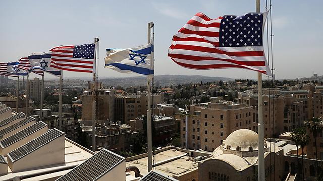 """גג המלון כבר מוכן: דגלי ישראל וארה""""ב לקראת בואו של טראמפ (צילום: רויטרס)"""