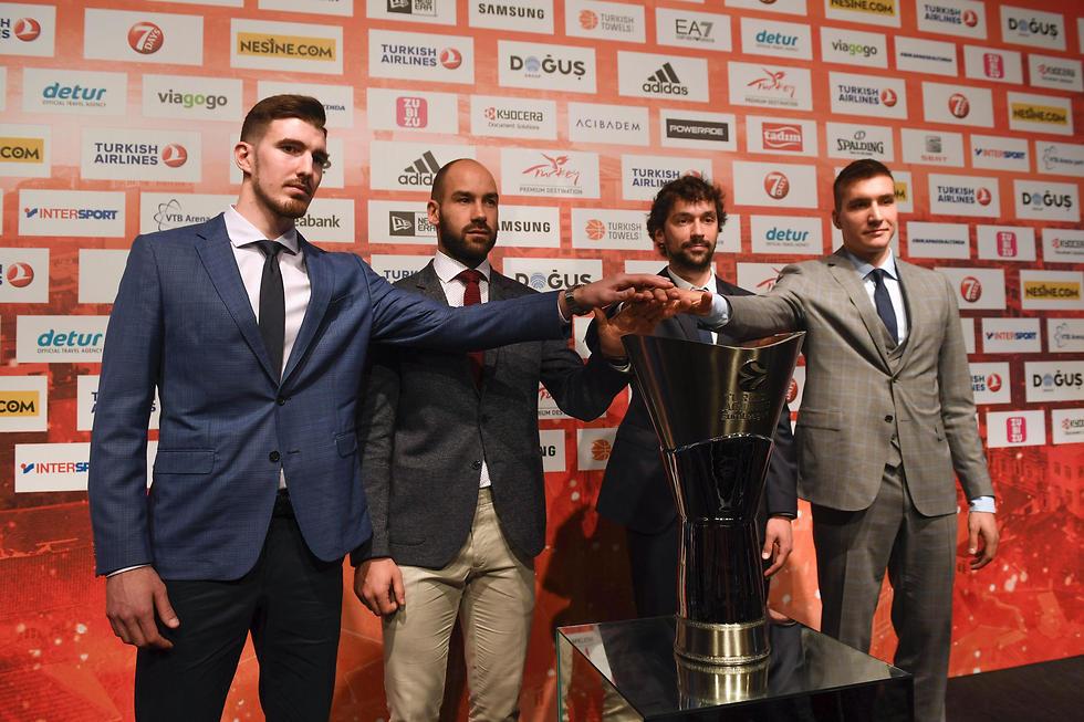 בוגדנוביץ', יול, ספאנוליס ודה קולו. מי יניף את הגביע? (צילום: AFP)