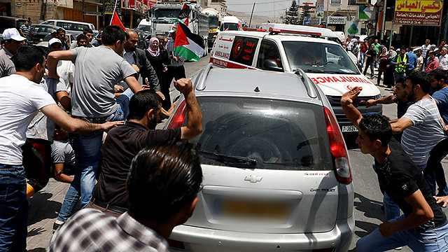 Palestinian rioters in Huwara attacking the settler's car (Photo: Reuters)