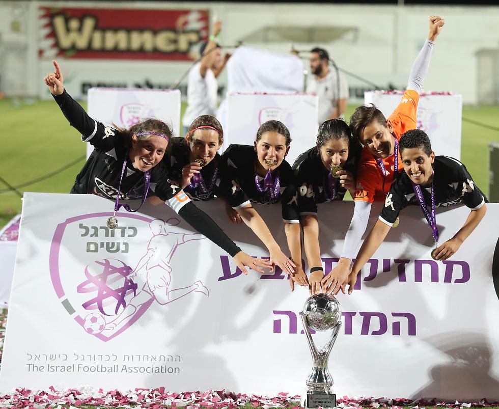 גביע רביעי בתולדות המועדון (צילום: אורן אהרוני)