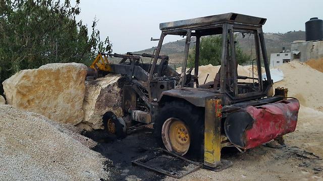 הטרקטור שהועלה באש בכפר בורין  (צילום: זכריא סדה, ארגון רבנים לזכויות אדם) (צילום: זכריא סדה, ארגון רבנים לזכויות אדם)