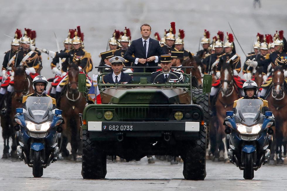נשיא צרפת החדש עמנואל מקרון נוסע בשאנז אליזה אחרי השבעתו (צילום: AP)