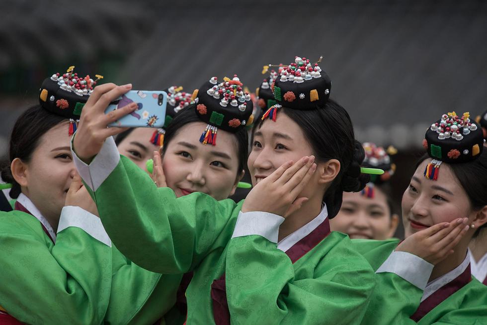 סלפי סטודנטיות בסיאול, דרום קוריאה (צילום: AFP)