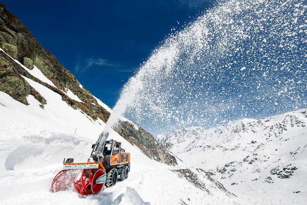 מפלסת שלג בשווייץ (צילום: EPA)