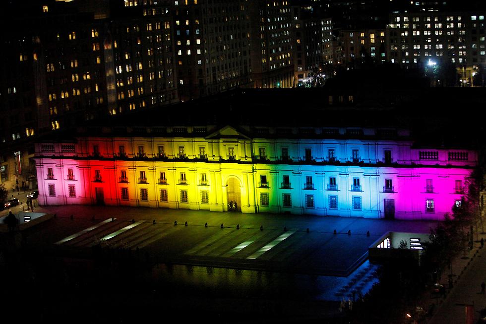 ארמון הנשיאות של צ'ילה מואר בצבעי הגאווה לרגל יום המאבק בהומופוביה הבינלאומי (צילום: רויטרס)