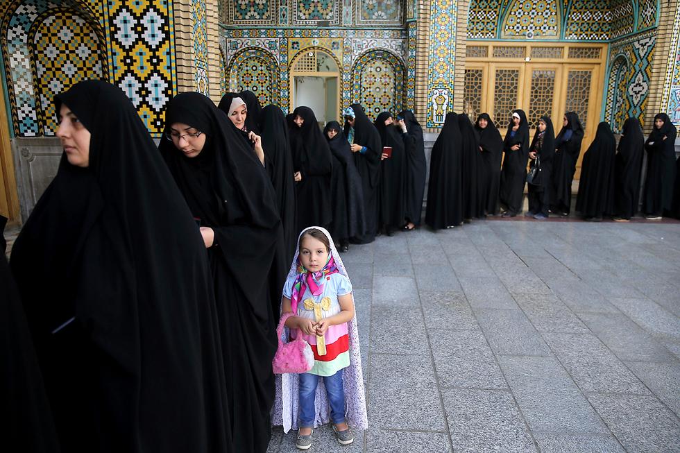 איראניות בתור לקלפי בבחירות לנשיאות (צילום: AP)