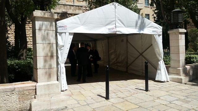 Security tent at the hotel (Photo: Eli Mendelbaum)
