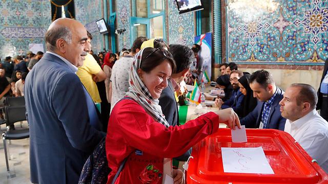 """איראנים מצביעים בטהרן. """"לא רוצה שקיצוני יהיה הנשיא שלי"""" (צילום: EPA)"""
