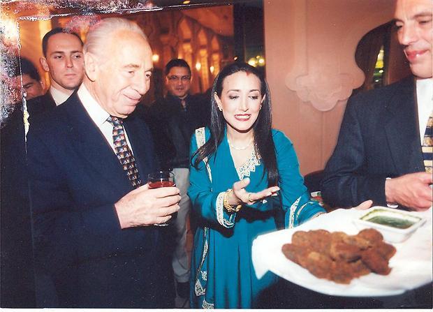 """רינה פושקרנה עם שמעון פרס (תמונת ארכיון) (צילום: יח""""צ)"""
