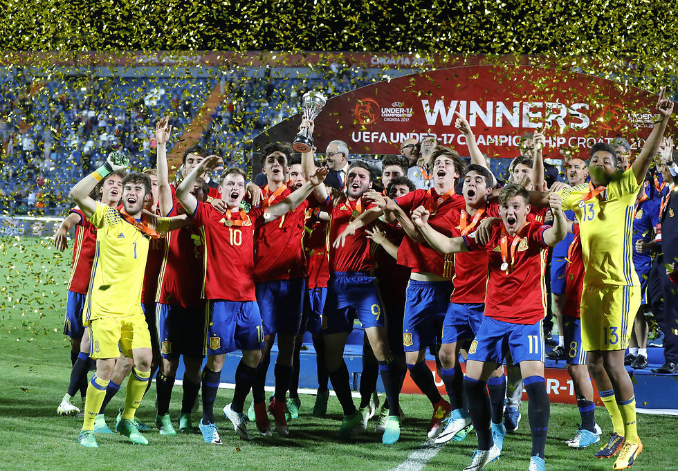 הנערים של ספרד חוגגים זכייה באליפות אירופה (צילום: EPA)