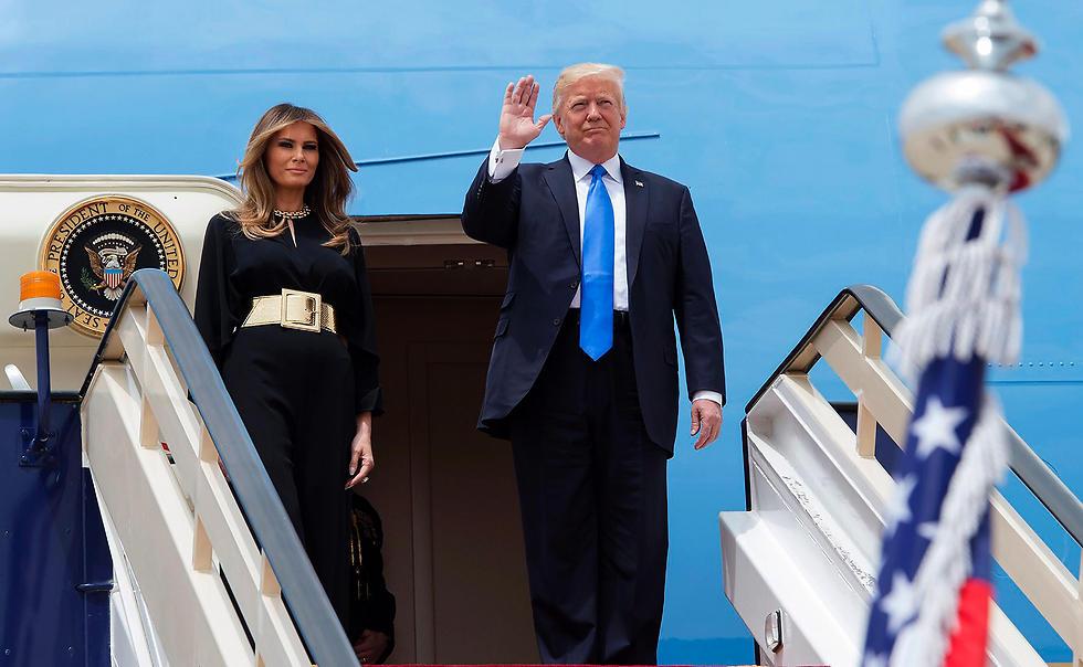 דונלד ומלניה טראמפ יוצאים מהאייר פורס 1 (צילום: AFP) (צילום: AFP)
