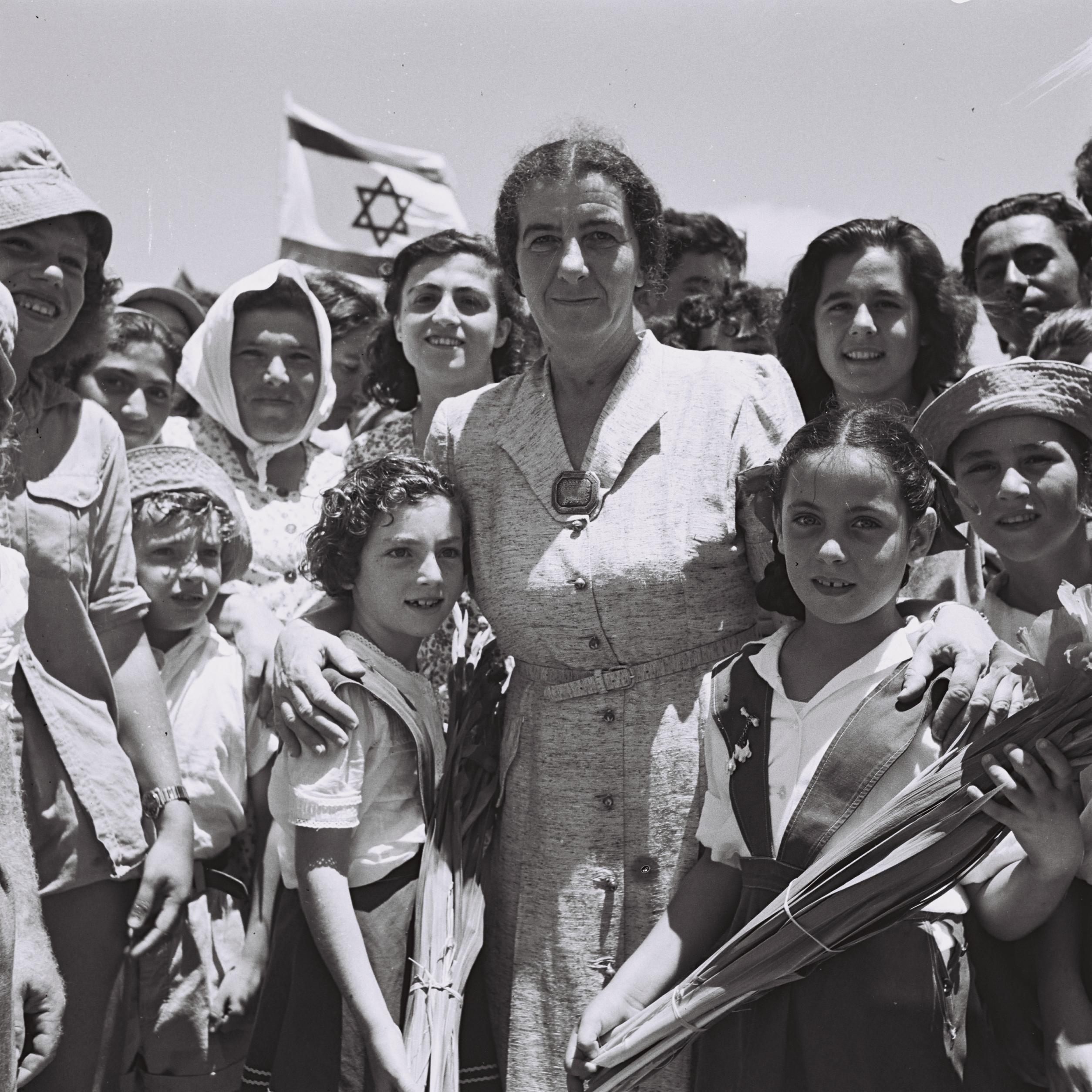 Голда с детьми в кибуце Шфаим, 1950 г. Фото: Brauner Teddy, пресс-бюро правительства