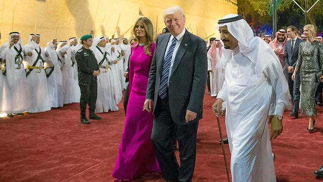 סלמאן מלך סעודיה ובני הזוג טראמפ בעת ביקורם בריאד  (צילום: EPA) (צילום: EPA)