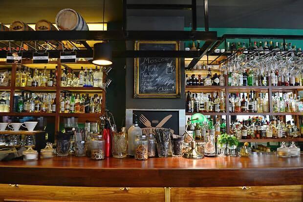 ה-Barreldier. שותים באתונה (צילום: אורון ולנה)