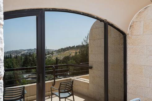 הקומות המדורגות מעניקות מרפסת לכל חדר מעל הקומה שמתחתיו. התכנון החליף תוכנית למגדל, שהקימה סערה והתנגדות עזה (צילום: ליאור גרונדמן)