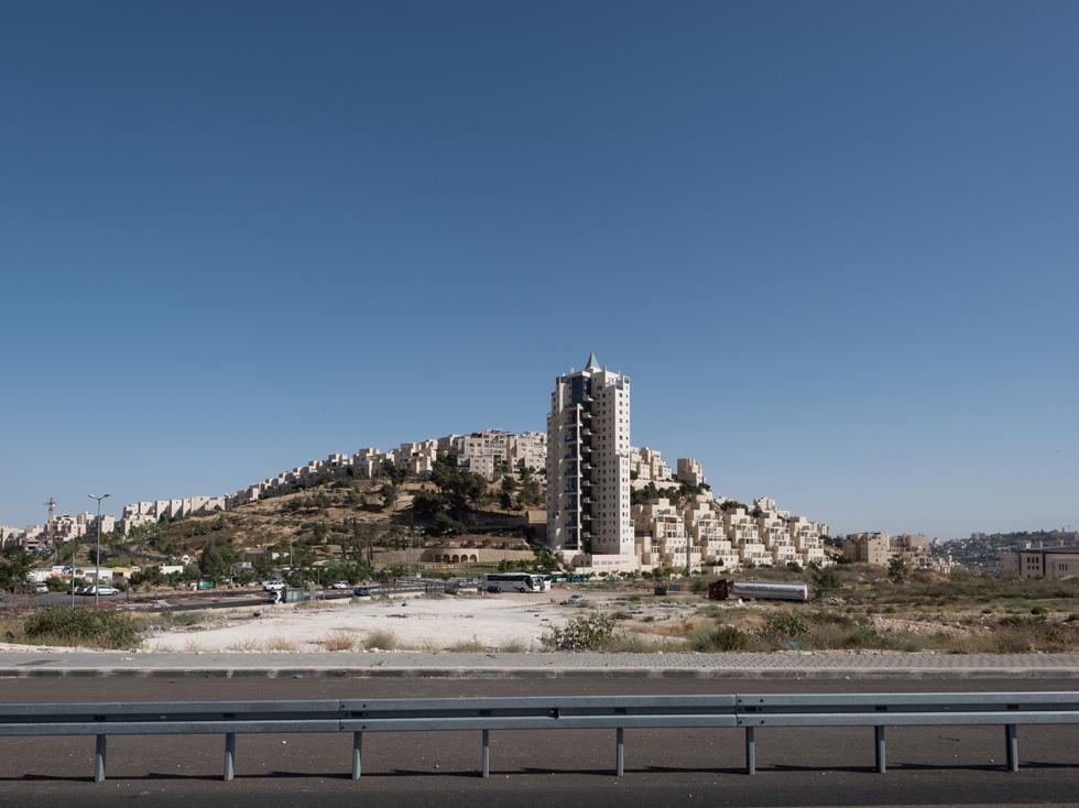 הדוגמה החדשה והמדכאת ביותר לבנייה בירושלים היא שכונת הר חומה. יער קק''ל נכרת לטובת שכונת ענק מנותקת, חסרת אופי ומוכת שמש (צילום: ליאור גרונדמן)