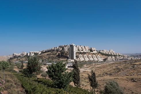 מלבד כביש לירושלים, אין בה שום ירושלמיות. הר חומה, עוד פרוור שינה (צילום: ליאור גרונדמן)