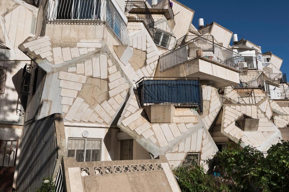 הכוורת האקסצנטרית של צבי הקר ב''רמות פולין'' זיכתה את השכונה בעניין עצום - ובביקורת חריפה על האדריכלות הלא שימושית (צילום: ליאור גרונדמן)
