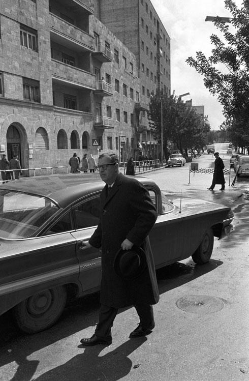 אבא אבן, שר החינוך, יוצא מהכנסת אל מכונית השרד, 1961 (צילום: דוד רובינגר)