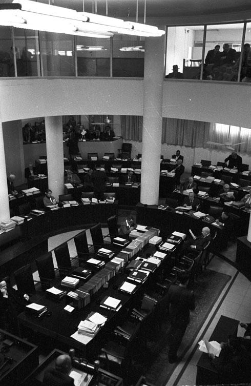 במרכז אולם המליאה היה שולחן הממשלה, ומעל האולם היו יציע האורחים ותא הנשיא. בחלקו האחורי של האולם היה תא העיתונאים, 1959 (צילום: דוד רובינגר)