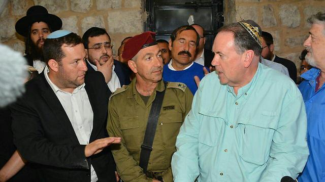 Huckabee, right, with GOC Central Command Roni Numa, center, and Samaria Regional Council head Yossi Dagan, left (Photo: Meir Bracha)