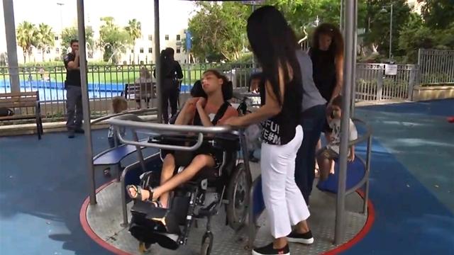 אפשר לעלות על הקרוסלה עם כיסא גלגלים (צילום: עידו ארז)