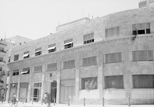 בית פרומין. ברום הקומה השנייה ניתן לראות את פס האבן המשונן שמאפיין את בנייניו של האדריכל ראובן אברם (צילום: דוד רובינגר)