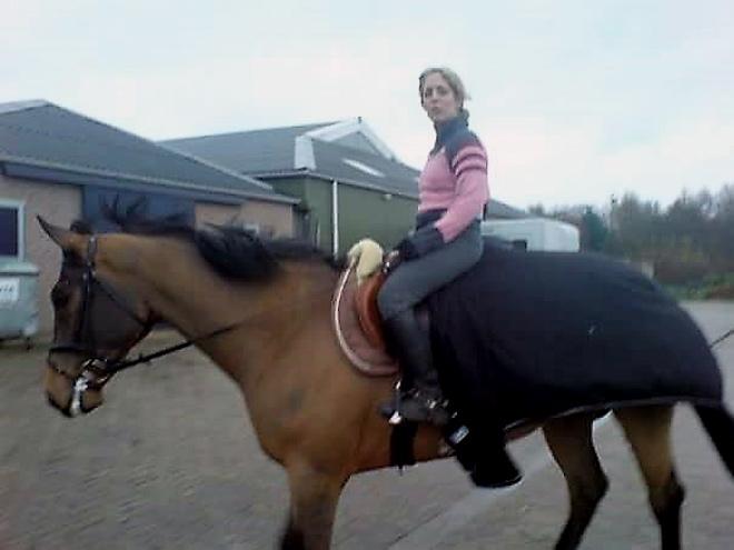 """בתקופת הלימודים בהולנד. """"הקרבה לסוסים הביאה עימה שלווה פנימית"""" (צילום: אלבום פרטי)"""