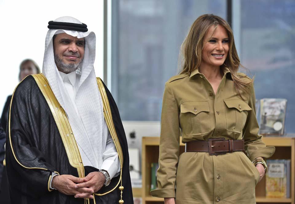 Платье-сафари с широким поясом. Фото: AFP