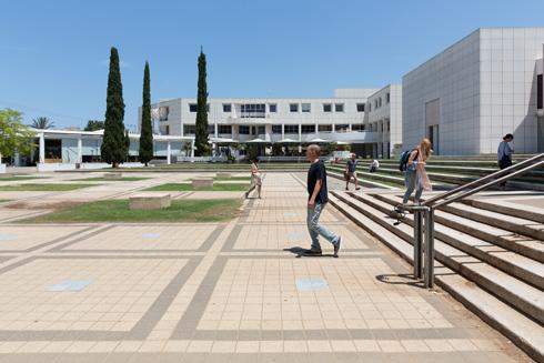 צמוד לרחבת הכניסה הראשית של האוניברסיטה (צילום: דור נבו)