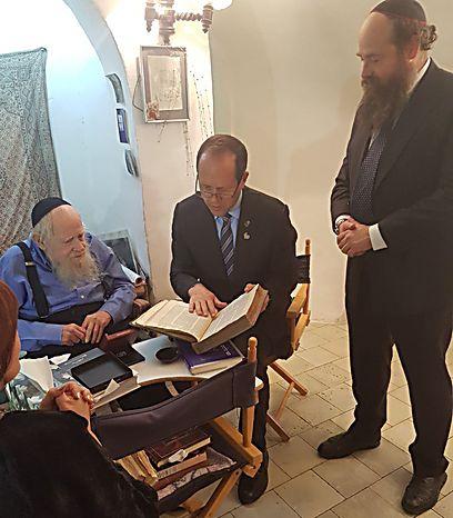 עם בנו של הרב, מני אבן-ישראל העומד בראש מוסדות הרב