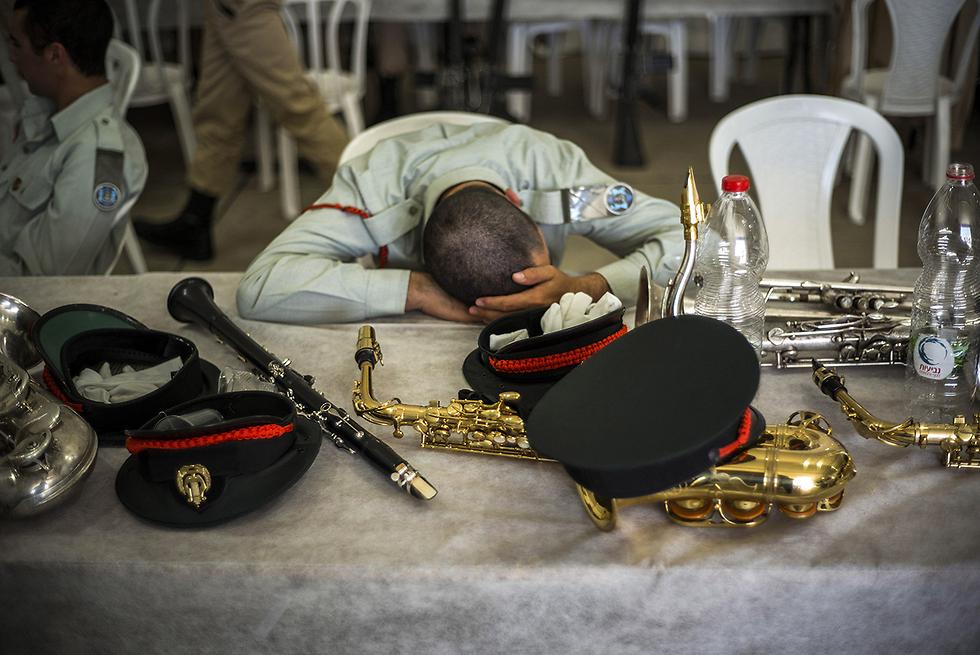 """קשה בהכנות, קל בנגינה. חיילי תזמורת צה""""ל לפני הטקס (צילום: gettyimages) (צילום: gettyimages)"""