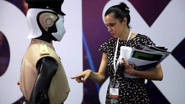 רובוט משטרתי בדובאי (צילום: רויטרס) (צילום: רויטרס)